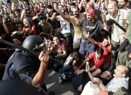 20110527212715-carga-policial-desalojo-barcelona-640x640x80.jpg